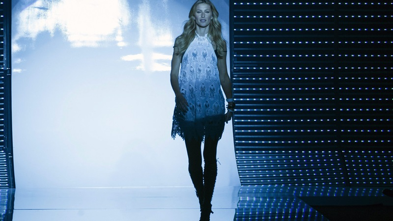 epa04706481 Brazilian model Gisele Bundchen presents a creation by fashion brand Colcci during the Sao Paulo Fashion Week Summer 2016 at the Candido Portinari Park, in Sao Paulo, Brazil, 15 April 2015. Buendchen, 34, announced her retirement from the runway after the Sao Paulo Fashion Week.  EPA/SEBASTIAO MOREIRA