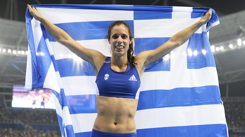 epa05501271 Ekaterini Stefanidi of Greece celebrates after winning the women's Pole Vault final of the Rio 2016 Olympic Games Athletics, Track and Field events at the Olympic Stadium in Rio de Janeiro, Brazil, 19 August 2016.  EPA/FRANCK ROBICHON