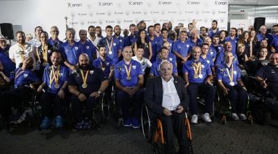 Ο πρόεδρος της Ελληνικής Παραολυμπιακής Επιτροπής και της Εθνικής Αθλητικής Ομοσπονδίας Ατόμων με Αναπηρίες, Γιώργος Φουντουλάκης (Κ), φωτογραφίζεται με τους Παραολυμπιονίκες και τους αθλητές που έλαβαν μέρος στους Παραολυμπιακούς Αγώνες του Ρίο, κατά την διάρκεια της τελετής άφιξής τους στο αεροδρόμιο Ελευθέριος Βενιζέλος, Αθήνα Τρίτη 20 Σεπτεμβρίου 2016.  ΑΠΕ-ΜΠΕ/ΑΠΕ-ΜΠΕ/ΓΙΑΝΝΗΣ ΚΟΛΕΣΙΔΗΣ