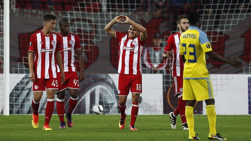 epa05594987 Players of Olympiacos Piraeus FC celebrate after scoring against FC Astana during the UEFA Europa League Group B soccer match between Olympiacos and FC Astana held at the Georgios Karaiskakis Stadium in Piraeus, Greece, 20 October2016.  EPA/ALEXANDROS VLACHOS