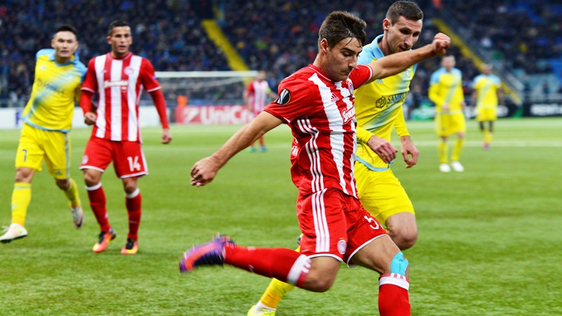 epa05616115 Dmitri Shomko (R) of Astana in action against Giorgos Manthatis (front) of Olympiacos during the UEFA Europa League soccer match between FK Astana and Olympiacos Piraeus in Astana, Kazakhstan, 03 November 2016. EPA/TURAR KAZANGAPOV