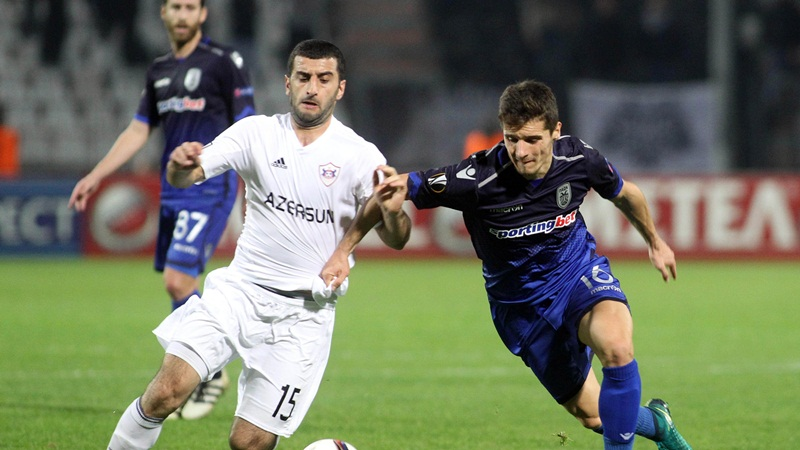 Ο παίκτης του ΠΑΟΚ Γκόικο Τσίμιροτ (Δ) μάχεται για την κατοχή της μπάλας με το παίκτη της Καραμπαγκ Rahid Amirguliyev (Α) κατά τη διάρκεια του αγώνα ΠΑΟΚ - Καραμπάγκ για την 4η αγωνιστική του UEFA Europa League που πραγματοποιήθηκε στο γήπεδο της Τούμπας. Θεσσαλονίκη, Πέμπτη 3 Νοεμβρίου 2016 ΑΠΕ ΜΠΕ/PIXEL/ΜΠΑΡΜΠΑΡΟΥΣΗΣ ΣΩΤΗΡΗΣ