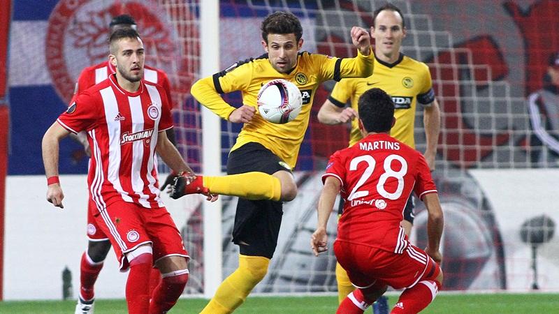 O παίκτης του Ολυμπιακού Andre Martins (Δ) μαρκάρει τον παίκτη της Γιούνγκ Μπόις Miralem Sulejmani (Κ) που έχει την μπάλα στην κατοχή του κατά τη διάρκεια του αγώνα μεταξύ των ομάδων Ολυμπιακός - Γιούνγκ Μπόις (Ελβετία) για την 5η αγωνιστική των play off, στο στάδιο Γεώργιος Καραϊσκάκης, Πέμπτη 24 Νοεμβρίου 2016. ΑΠΕ-ΜΠΕ/ΑΠΕ-ΜΠΕ/ΣΠΥΡΟΣ ΧΟΡΧΟΥΜΠΑΣ