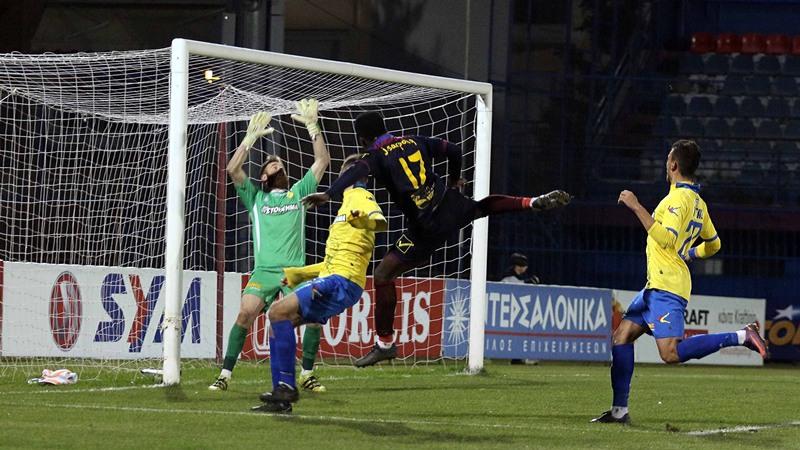 Ο παίκτης της Βέροιας Τζέφρι Σάρπονγκ σουτάρει κατά τη διάρκεια του αγώνα Βέροια - Παναιτωλικός για την 13η αγωνιστική του πρωταθλήματος της Σούπερ Λίγκα στο δημοτικό γήπεδο της Βέροιας, το Σάββατο 3 Δεκεμβρίου  2016. Ο αγώνας έληξε ισόπαλος με σκορ 1-1. ΑΠΕ ΜΠΕ/ΑΠΕ ΜΠΕ/ΑΝΑΣΤΑΣΙΑ ΑΣΙΚΙΔΗ
