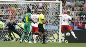 4D69B77800000578-5861709-Senegal_took_the_lead_towards_the_end_of_the_first_half_when-a-19_1529424965118-senegali
