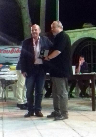 Ο Βουλευτής του ΣΥΡΙΖΑ Μιχάλης Μιχελογιαννάλης απονέμει την τιμητική πλακέτα στον πρόεδρο της Γόρτυνας Βαγγέλη Γαρεφαλάκης