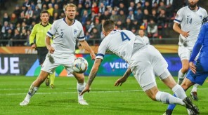 epa07095765 Joona Toivio (C), Paulus Arajuuri (L) and Tim Sparv (R) of Finland in action during the UEFA Nations League soccer match between Finland and Greece in Tampere, Finland, 15 October 2018.  EPA/MAURI RATILAINEN