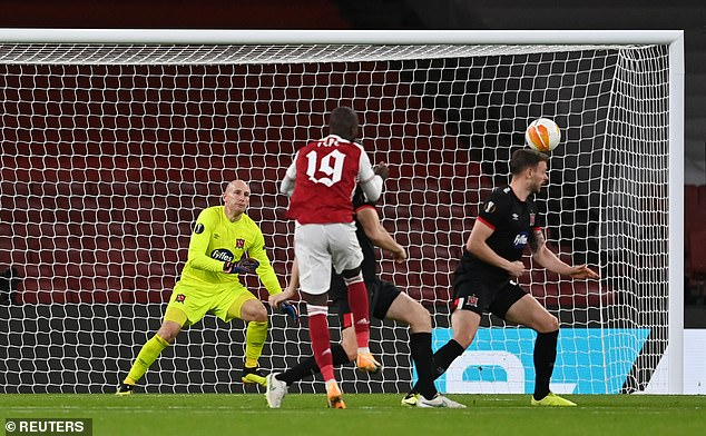 35018440-8893371-Nicolas_Pepe_curled_in_a_third_just_seconds_into_the_second_half-a-35_1604013230023